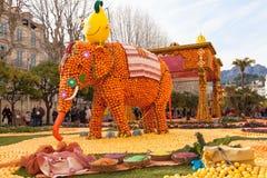 芒通,法国- 2月27 :柠檬节日(Fete du Citron)在柠檬法国Riviera.Thousands和桔子用于修建巨大的柑橘建筑 免版税图库摄影