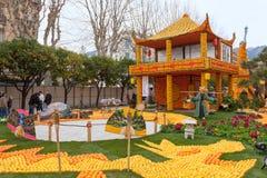 芒通,法国- 2月27 :柠檬节日(Fete du Citron)在柠檬法国Riviera.Thousands和桔子用于修建巨大的柑橘建筑 图库摄影