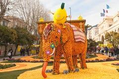 芒通,法国- 2月27 :柠檬节日(Fete du Citron)在柠檬法国Riviera.Thousands和桔子用于修建巨大的柑橘建筑 数千柠檬和桔子用对Bu 库存图片