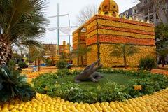 芒通,法国- 2月27 :柠檬节日(Fete du Citron)在法国Riviera.The题材在2013年是  库存照片