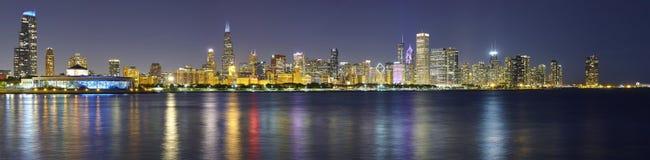 芝加哥与反射的市地平线的夜全景图片 库存图片