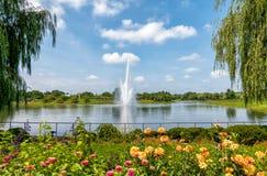 芝加哥与喷泉在池塘,格伦克,美国的植物园风景 免版税库存图片