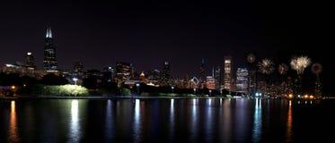 芝加哥与烟花,美国的夜地平线 免版税库存照片