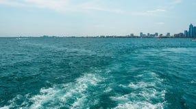 芝加哥从湖的小船的地平线视图 库存照片