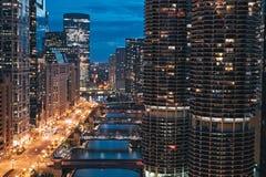 芝加哥伊利诺伊 都市风景、地平线在与小游艇船坞城市塔的晚上,河、空的路和桥梁在视线内 采取从伦敦Ho 库存照片