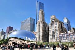 芝加哥千禧公园如银豆和游人 免版税库存图片