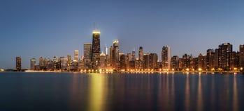 芝加哥地平线全景在从北部大道海滩观看的晚上 图库摄影