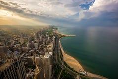 芝加哥地平线和密执安湖日落的 库存图片