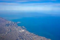芝加哥地平线和密执安湖湖边平地的鸟瞰图 免版税库存图片