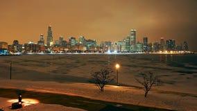 芝加哥地平线在与雪的晚上 库存图片