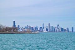 芝加哥地平线如被看见从南侧湖岸的密歇根湖在一个寒冷冬日 库存图片