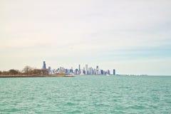 芝加哥地平线如被看见从南侧湖岸的密歇根湖在一个寒冷冬日 免版税图库摄影
