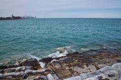 芝加哥地平线如被看见从南侧湖岸的密歇根湖在一个寒冷冬日 图库摄影