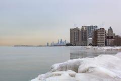 芝加哥地平线的寒冷冬天视图从罗耀拉码头的 图库摄影