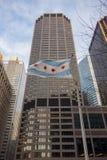 芝加哥市在城市地平线场面的旗子飞行 免版税库存图片