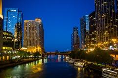 芝加哥晚上河 库存图片