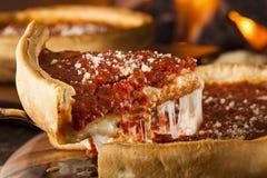 芝加哥样式深盘乳酪薄饼 免版税库存图片