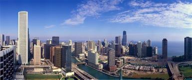 芝加哥河和芝加哥地平线, IL全景  免版税图库摄影