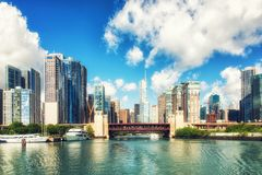 芝加哥河和skyscrappers 免版税图库摄影