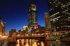 芝加哥河在晚上 免版税库存图片