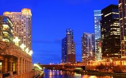 芝加哥河在晚上 免版税库存照片