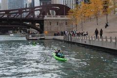芝加哥现在租用在芝加哥河的皮船 免版税库存照片