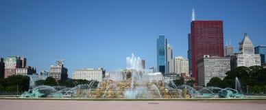 芝加哥的有芝加哥地平线的白金汉喷泉。 免版税图库摄影