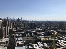 芝加哥盖屋顶的人景色从屋顶的,当工作在一个光滑的修改过的屋顶平台,顶房顶项目时 免版税库存照片