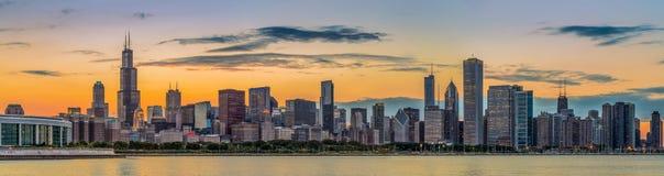 芝加哥街市地平线和密执安湖日落的 免版税图库摄影