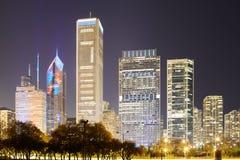 芝加哥街市地平线在晚上,伊利诺伊,美国 免版税图库摄影