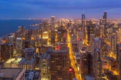 芝加哥街市地平线在晚上,伊利诺伊 免版税库存图片