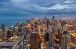 芝加哥街市地平线在晚上,伊利诺伊 库存图片