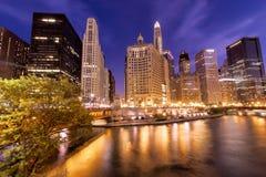芝加哥进城夜场面 免版税库存图片
