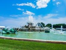 芝加哥,伊利诺伊,美国 07 05 2018年:克拉伦斯镇白金汉喷泉在有天空蔚蓝的芝加哥在背景中 库存图片