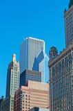 芝加哥,伊利诺伊:地平线和两谨慎广场细节从运河巡航在芝加哥河2014年9月22日 免版税库存照片