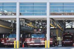 芝加哥,伊利诺伊- 5月19,2018 :消防队或dept 有卡车或抢救汽车的消防站 大厦或建筑驻地fo 免版税库存照片