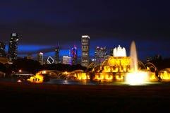 芝加哥,伊利诺伊-美国- 2016年7月2日:芝加哥有摩天大楼和白金汉喷泉的地平线全景在格兰特公园 库存图片