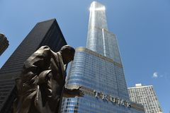 芝加哥,美国- 2018年6月04日:Irv Kupcinet雕塑和王牌我 库存照片