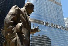 芝加哥,美国- 2018年6月04日:Irv Kupcinet雕塑和王牌我 免版税库存照片