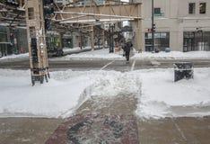 芝加哥- 2011年2月2日:在超过20英寸的早晨雪以后下跌巨大芝加哥飞雪2011年 免版税库存照片