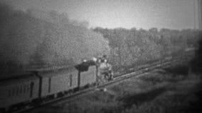 芝加哥- 1942年:一列烧煤火车朝向速度向前,当污染与浓烟时的空气 影视素材