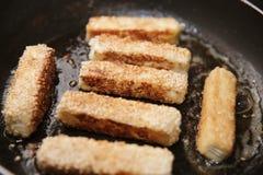 芝麻在平底锅的乳酪棍子 图库摄影