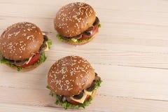 芝麻小圆面包用乳酪和蘑菇和蕃茄,在厨房的未加工的vegetbles 免版税库存照片
