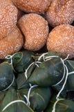 芝麻或在竹叶子、zongzi或者chimaki和米包裹的ludeui球,亚洲食物 免版税库存图片