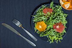 芝麻菜蔬菜沙拉在一块板材的有切片的桔子 库存图片