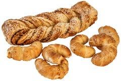 芝麻乳酪油酥点心辫子和束新月形面包芝麻乳酪在白色背景隔绝的劳斯 免版税图库摄影