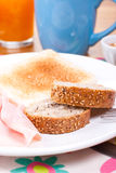 芝麻和亚麻籽在早餐面包 免版税库存照片