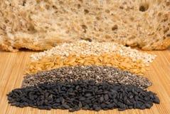 黑芝麻和谷物整个五谷面包的 免版税库存图片