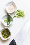 芝麻籽、pesto调味汁和新近地被切的辣椒 免版税库存图片