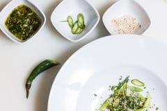 芝麻籽、pesto调味汁和新近地被切的辣椒 免版税图库摄影